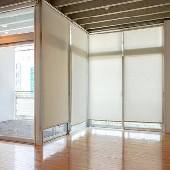 窓は備え付きのスクリーンで目隠し可能。※写真は4階同間取り別部屋のものです