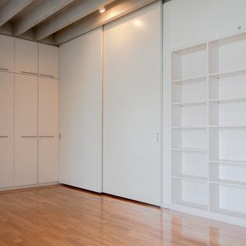 キッチンはスライド式のドアで隠せます。※写真は4階同間取り別部屋のものです