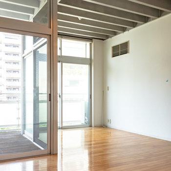 奥側がベッドスペースになりそうです。※写真は4階同間取り別部屋のものです