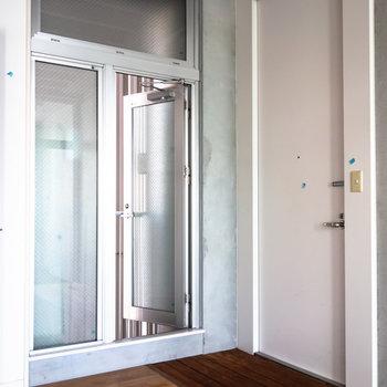 玄関のすぐ隣に換気用の小さなベランダがあります。※写真は4階同間取り別部屋のものです