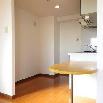 キッチン後ろに冷蔵庫と棚が置けます◎(※写真は7階の同間取り別部屋のものです)