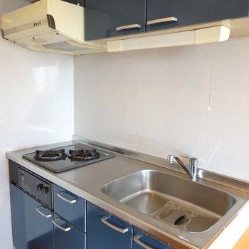 深ブルーのモダンキッチン。(※写真は7階の同間取り別部屋のものです)