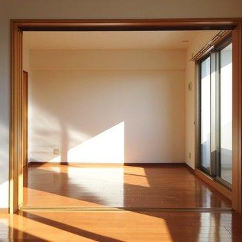 東側に6.3帖の洋室。(※写真は7階の同間取り別部屋のものです)