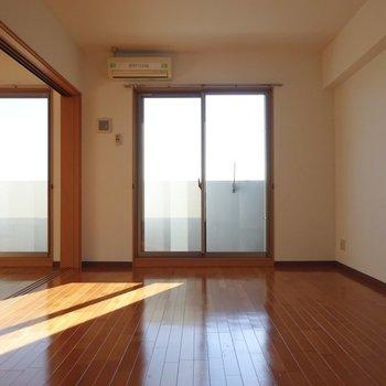 柔らかなフローリングのお部屋。(※写真は7階の同間取り別部屋のものです)