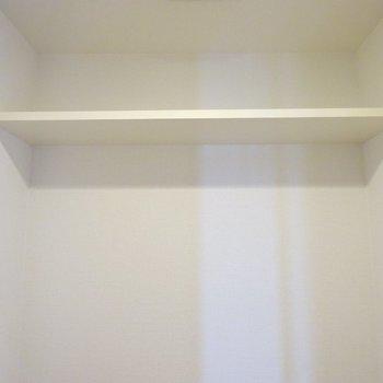 トイレ上に棚付き。(※写真は7階の同間取り別部屋のものです)