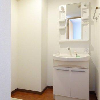 脱衣所に洗面台と洗濯機置き場。(※写真は7階の同間取り別部屋のものです)