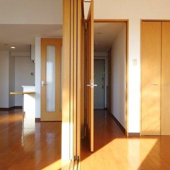 リビングと洋室それぞれが廊下と繋がってます。(※写真は7階の同間取り別部屋のものです)
