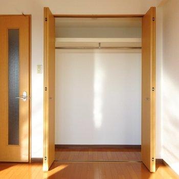 洋室のクローゼット。奥行きはあんまり。(※写真は7階の同間取り別部屋のものです)