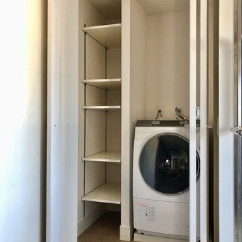 洗濯機の横に棚も付いています!