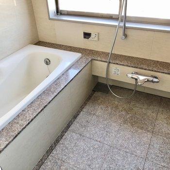 お風呂は窓付きで外を眺められます。設備も充実していますよ!