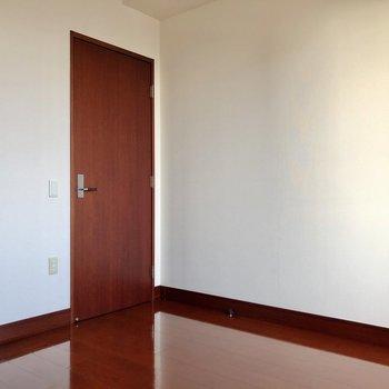 お隣、6帖の洋室。大きくなったらここを子ども部屋として!