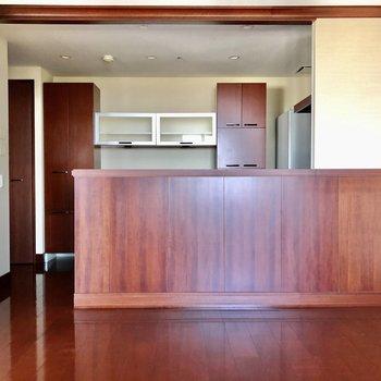 大きな対面式キッチン。立ち姿はシェフのように見えそう。