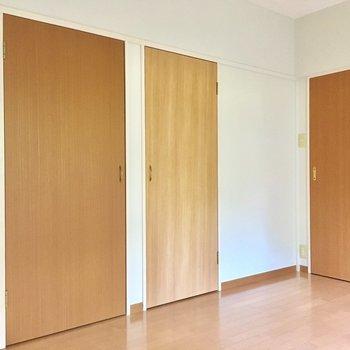 ウッディな扉がたくさん。