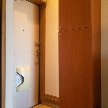 玄関脇。背高シューズボックスが見えますね。