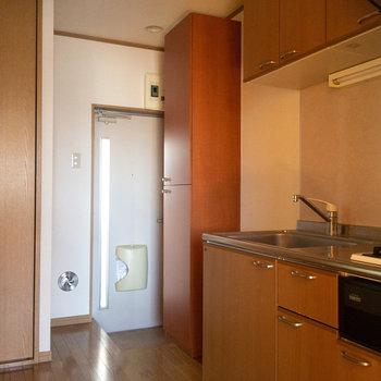キッチンのほうへ。冷蔵庫置き場はキッチン左手にあります。
