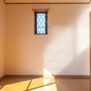 西面の壁、高めの位置に小窓が。夕焼けどきには橙の光が入るかな。