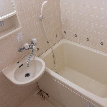 お風呂は2点ユニット。壁面タイルの紋様がかわいい。