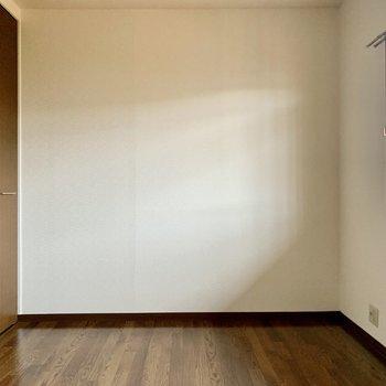 玄関側の洋室。テレビを置けます。