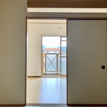 バルコニー側の洋室と和室はふすまで仕切られています。