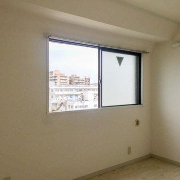 【洋室西側】窓もあるので風通し◎