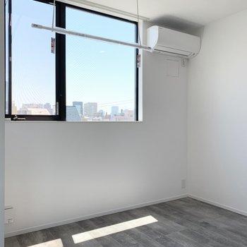 【洋室4.49帖】窓付近に室内干しも◯