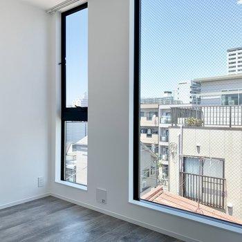 【洋室3.36帖】大きな窓があって見晴らしもいいですね〜