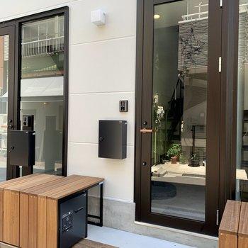 カフェのような玄関入口。