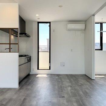 【LDK】キッチンの格子窓が可愛い◎
