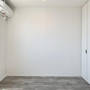 【洋室4.49帖】白とグレーのコントラストが良い。