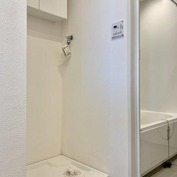 向かいは洗濯機置き場と棚も。