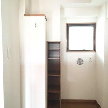 キッチンの後ろのスペースもゆったり。※写真は通電前のものです。