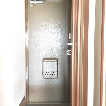 玄関の重厚感。安心できそうだ。※写真は通電前のものです。