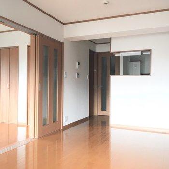 引き戸は家具のスペース確保に役立ちそう。※写真は通電前のものです。