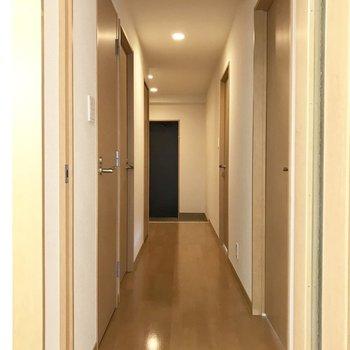 廊下へ。右側の扉から見ていきましょうか。
