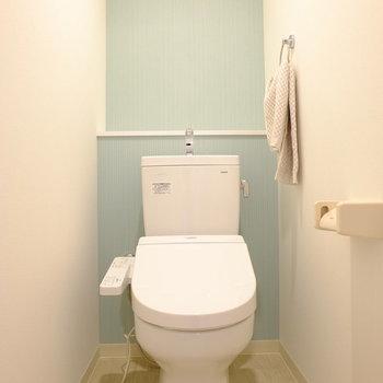トイレは清潔感のあるアクセントクロス(※写真はモデルルームのものです)