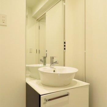 丸いボウルが特徴的な洗面台※写真は5階同間取り別部屋のものです