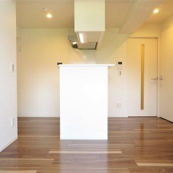 ブラウンの床にダウンライトが映えます※写真は5階同間取り別部屋のものです