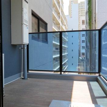 正方形のバルコニー。椅子くらいは置けそうです※写真は5階同間取り別部屋のものです