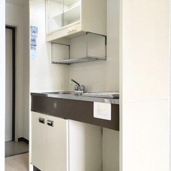 下のスペースにミニ冷蔵庫を。