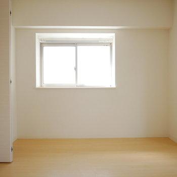 洋室は約7帖。こちらにも出窓があります (※写真は4階の同間取り別部屋のものです)