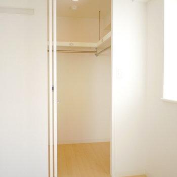 ウォークインは少し狭めだけど奥行きはしっかり (※写真は4階の同間取り別部屋のものです)