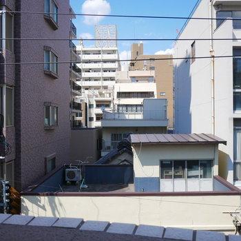 眺望は近隣の建物です (※写真は4階の別部屋からの眺望です)