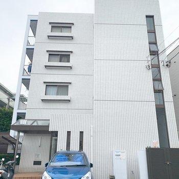 4階建てマンション。今回の4階のお部屋までは階段で登りますよ〜