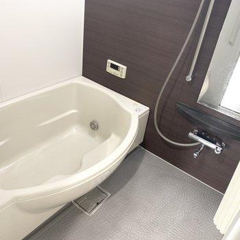 ゆったりバスルーム。なんと浴室乾燥機ついてます