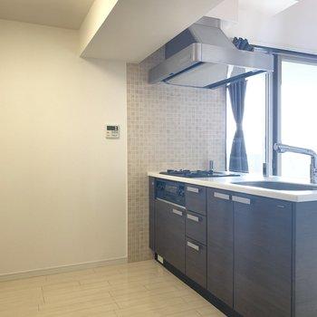 キッチンは食器棚や冷蔵庫はもちろん、ゴミ箱も置けそう○