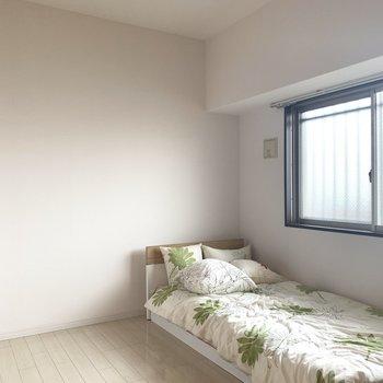 ベッドと、ドレッサーなどのシンプルなお部屋がいいね。(※お部屋の家具は見本です)