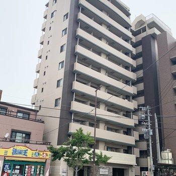 道路沿いに建つ11階建てマンション。今回のお部屋はなんと最上階!