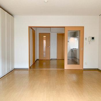 【洋室】ベランダ側から見ると。奥にももう一部屋。※写真は1階の同間取り別部屋のものです