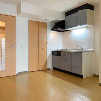 【DK】広々キッチン。ダイニングテーブルも置けるなあ。※写真は1階の同間取り別部屋のものです