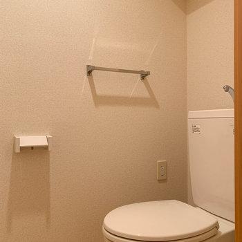 左に進むと独立したトイレ。※写真は1階の同間取り別部屋のものです